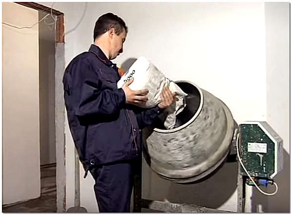 Для приготовления смеси используем бетономешалку