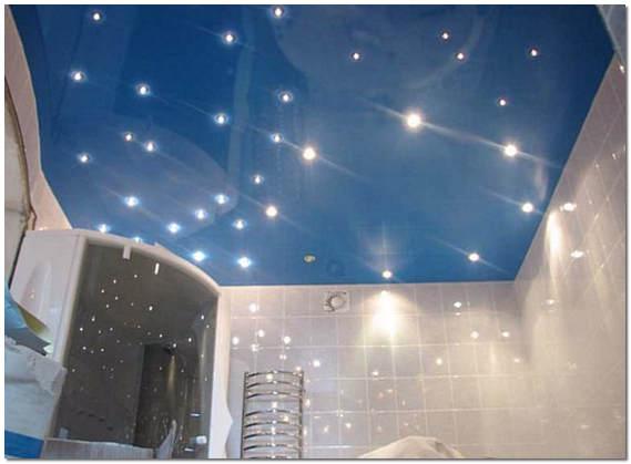 Глянцевый натяжной потолок с подсветкой в ванной