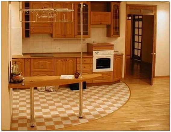 Комбинированный пол на кухне ламинат и кафель