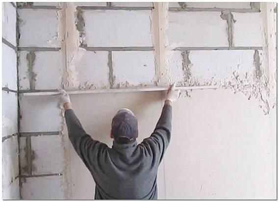Выравнивание неровной стены штукатуркой