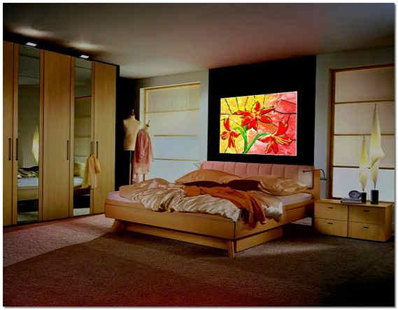 Цветное стекло в интерьере спальни