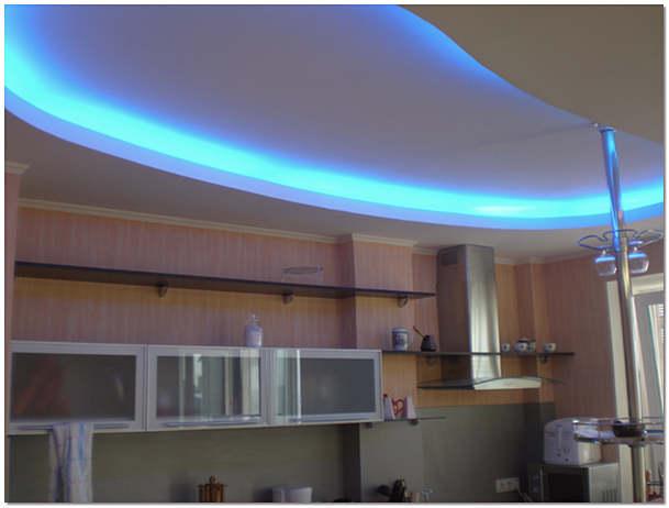Многоуровневый потолок из гипсокартона с подсветкой на кухне