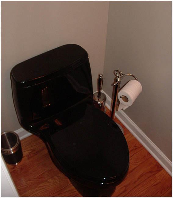 Дизайн очень маленького туалета с унитазом чёрного цвета