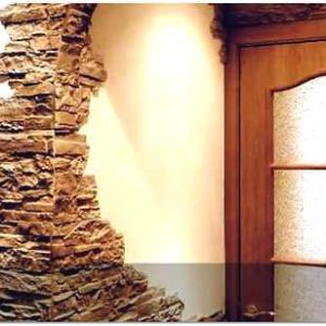 Отделка искусственным камнем дверных проемов и стен прихожей
