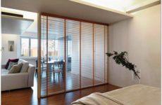 Раздвижные межкомнатные стеклянные перегородки в современной квартире
