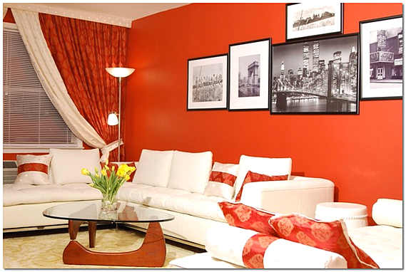 Интерьер гостиной в красном с картинами
