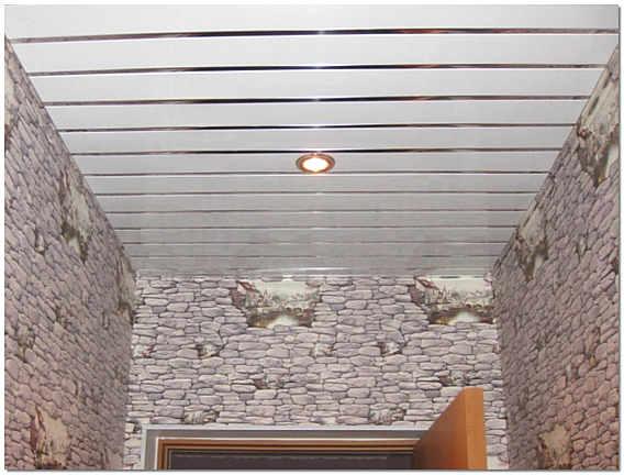 Реечный алюминиевый потолок в прихожей