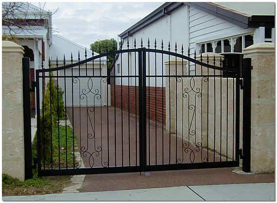 Распашные ворота для коттеджа фото