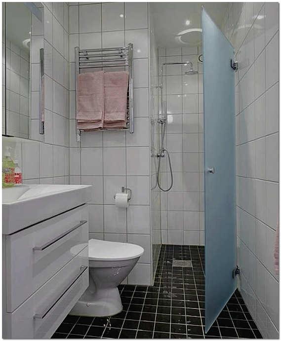 Интерьер ванной комнаты с душевой кабиной и туалетом