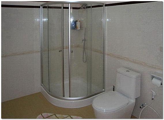 Интерьер ванной комнаты в хрущевке с угловой душевой кабиной