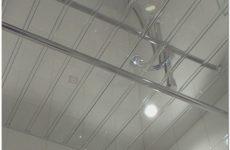 Подвесной реечный потолок в ванной комнате: красиво, доступно, вечно