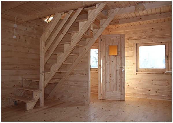 Деревянная маршевая лестница на косоурах
