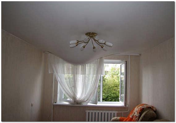 Натяжной тканевый потолок удерживает воду