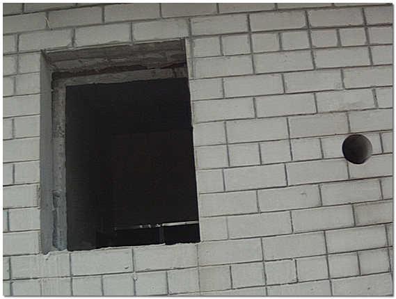 Оконный проем в кирпичной стене