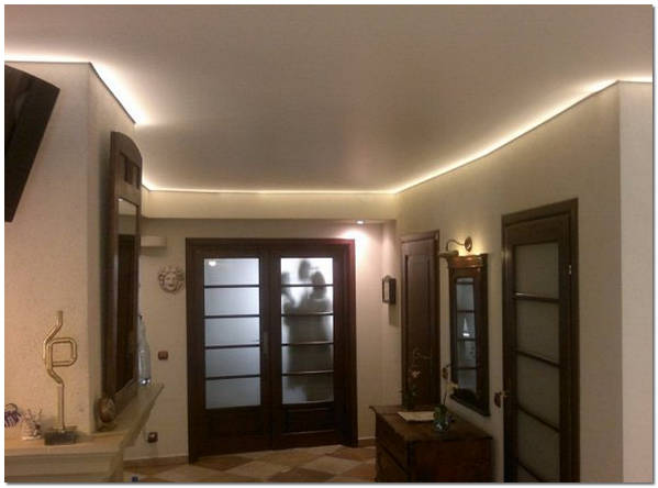 Тканевый потолок с подсветкой в прихожей