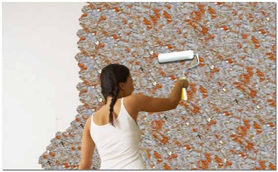 Как наносить жидкие обои на стены валиком видео