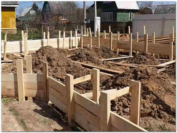 Как правильно заливать ленточный фундамент под дом