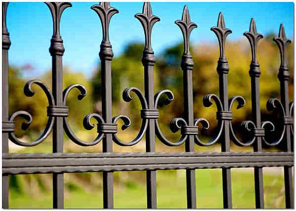 Кованная ограда для дома с элементами художественной ковки