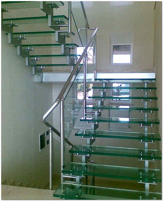 Лестничная конструкция из стекла на косоурах
