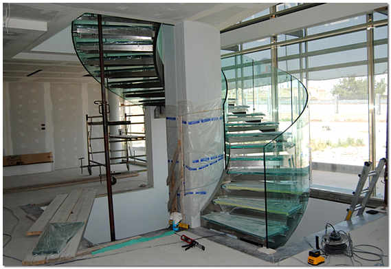 Монтаж винтовой стеклянной лестницы