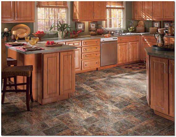 Керамическая плитка на полу кухни фото
