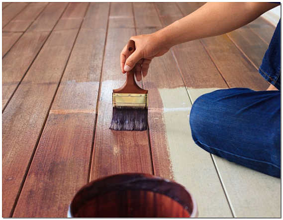 Покраска деревянного пола кистью