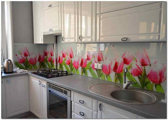 Фартук из цветного стекла на кухне
