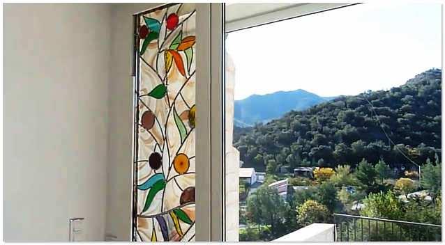 Цветное витражное стекло на окнах