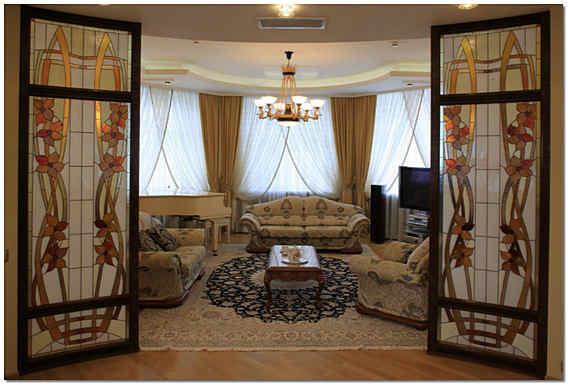 Цветное стекло в интерьере гостиной фото
