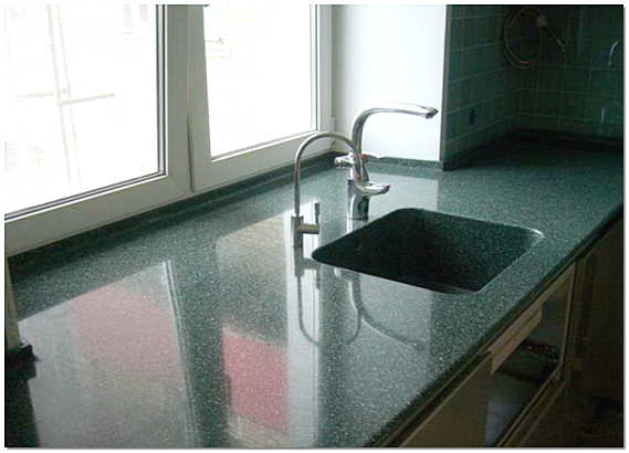 Подоконник из искусственного камня на кухне