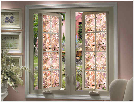 Современное пластиковое витражное окно в интерьере