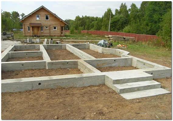 Строительство частного дома начинают с фундамента