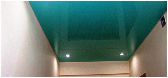 Глянцевый натяжной потолок в прихожей
