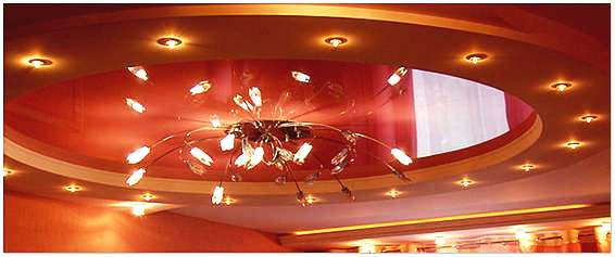 Многоуровневый глянцевый натяжной потолок в зале
