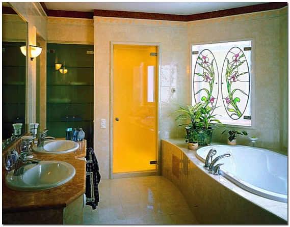 Стеклянные двери в интерьере ванной комнаты