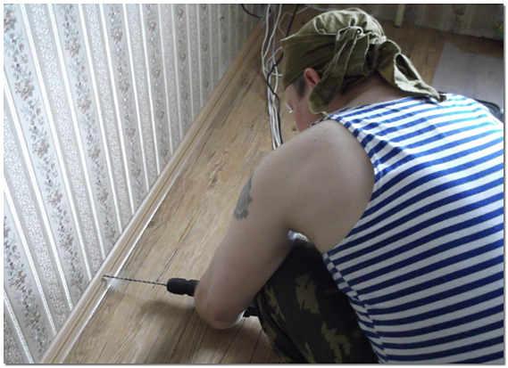 Установка плинтусов с кабель каналом своими руками