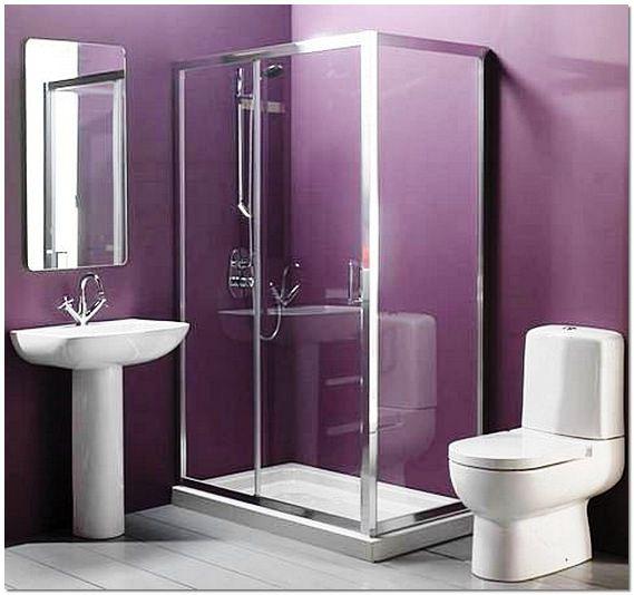 Интерьер маленькой ванной комнаты с душевой кабиной
