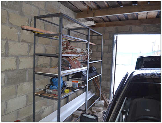 Стеллаж в гараже на даче