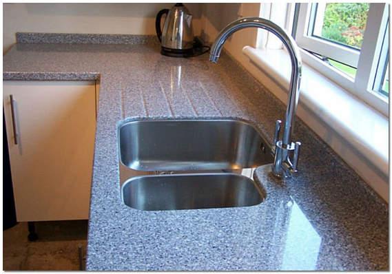 Каменная столешница с мойкой на кухне