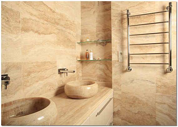Ванная комната облицованная плиткой из натурального травертина