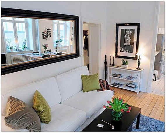 Зеркало в интерьере гостиной над диваном