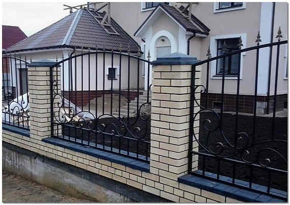 Кованный забор для загородного дома фото