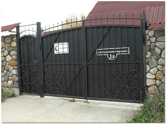 Кованные ворота для дома и калитка из металла фото
