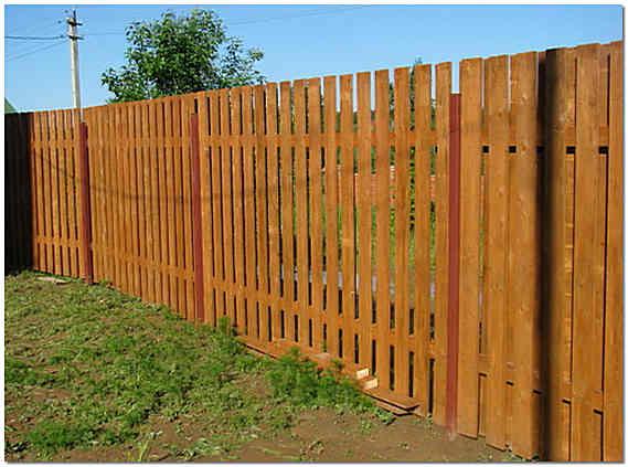 Деревянный забор на дачном участке фото