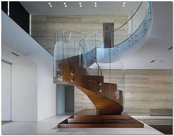Лестница на второй этаж в интерьере частного дома