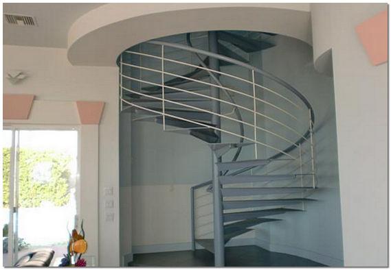 Металлическая винтовая лестница на второй этаж в частном доме