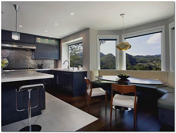 Кухня гостиная с эркером в частном доме