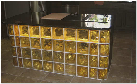 Барная стойка из стеклянных блоков на кухне