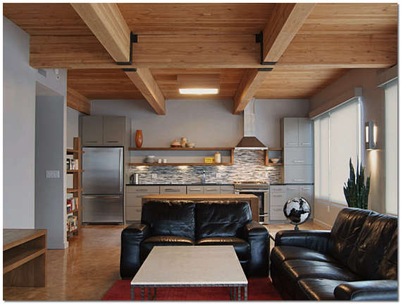 Деревянный потолок с балками в частном доме