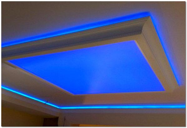 Глянцевый натяжной потолок со светодиодной лентой
